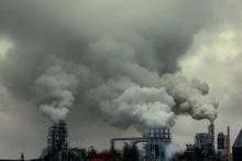 i fumi delle industrie che salgono dalla città