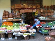 un banco di frutta e verdura al mercato