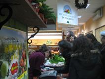 clienti e commesse a colloquio nel farmer's market di bari