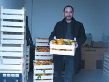 un acquirente prende una cassa di arance