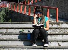 una ragazza sulle scale