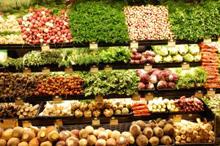 scaffali di frutta e verdura