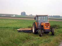trattore nel campo