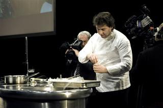 lo chef Matteo Vigotti all'opera