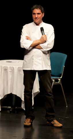 lo chef Pino Lavarra sul palco