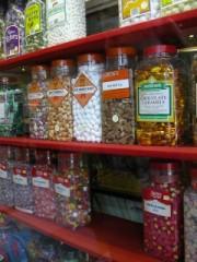 barattoli di caramelle colorate