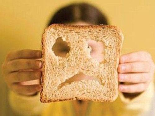 bambina celiaca con una fetta di pane
