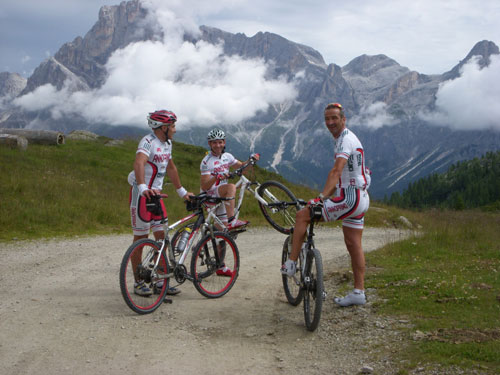 Enrico con i ciclisti