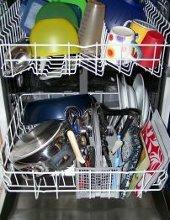 lavastoviglie piena di piatti