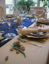 tavola apparecchiata elegantemente