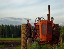 un trattore nel campo