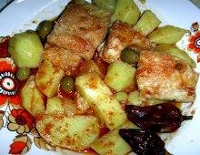 una preparazione di stocco, patate, olive e peperoncini