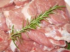 taglio di carne di agnello con il rosmarino