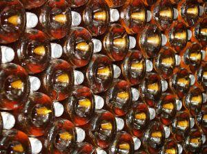 una parete di bottiglie di vino
