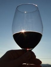 calice di vino rosso controluce