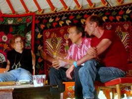 tavola rotonda dentro la yurta