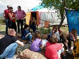 persone fuori dalla yurta durante il pic nic della decrescita