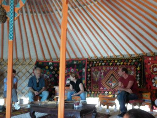 syusy, silvano cristiani e martino dentro la yurta