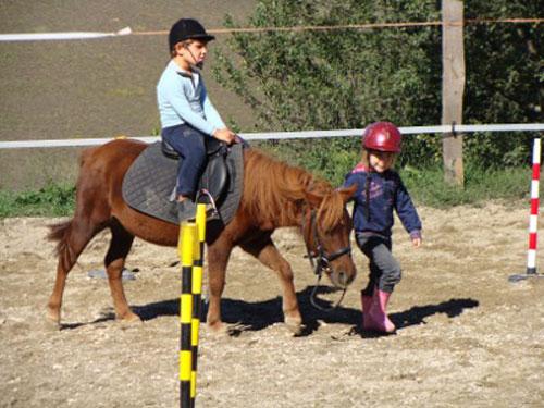 bambini sui pony al maneggio cavaioni