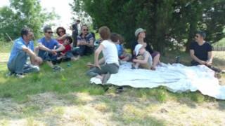 un gruppo di persone all'orto dei giusti