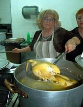 Anna Lupo prepara il brodo di cappone