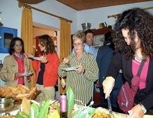 ospiti assaggiano i piatti del convivio