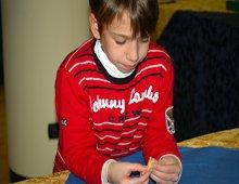un bambino si cimenta nella chiusura del tortellino