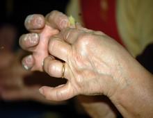 le mani di Anna che chiudono un tortellino