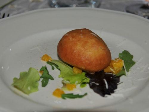 Bomba di pasta di patate alla fonduta di bietoline e tuma su bouquet  di insalatine novelle all'arancia
