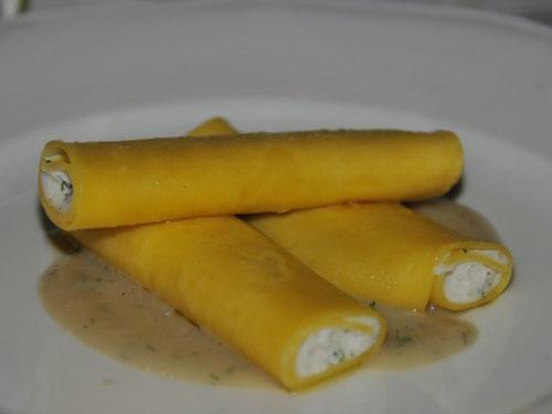 Cannelloni di ricotta e pinoli e finocchietto selvatico su vellutata di fave secche all'olio extra vergine e pepe nero