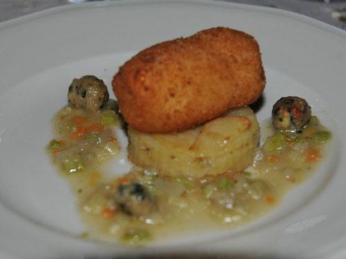 Crocchetta di primo sale imbottita e mille foglie di patate alla polvere di rosmarino con ristretto di verdurine e polpettine di pane