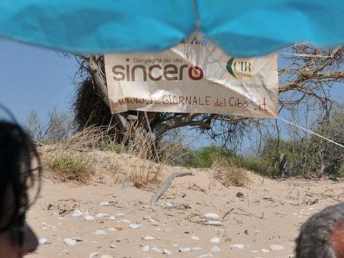 striscione della compagnia in spiaggia