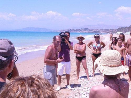 martino sulla spiaggia con i partecipanti