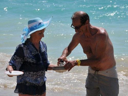 martino con una partecipante sulla spiaggia