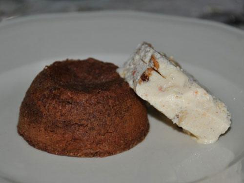 Fondente al cioccolato e crema ghiacciata di arance mandorle e miele