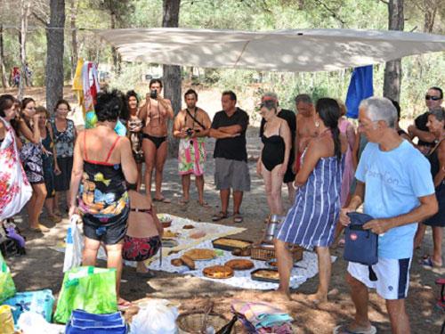 Partecipanti all'eco picnic sulla spiaggia