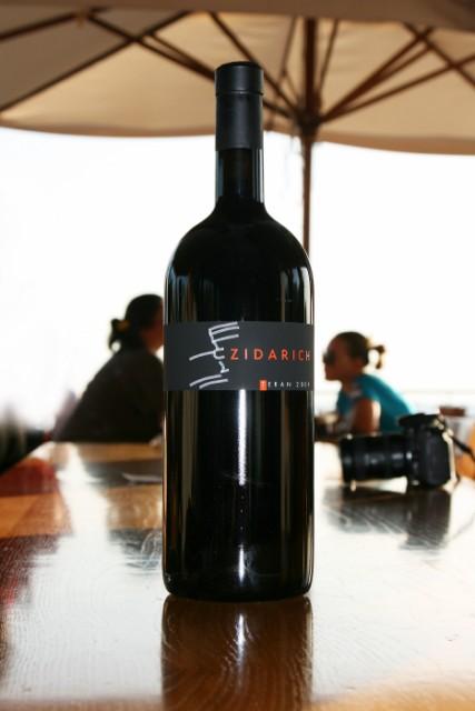 una bottiglia di vino zidarich
