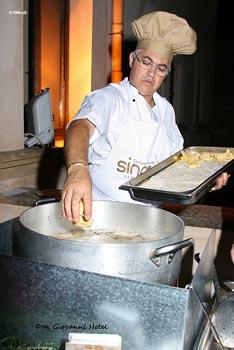 cuoco intento nella frittura