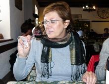 giuditta degusta un vino nero