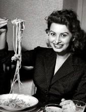 sophia loren con un piatto di spaghetti