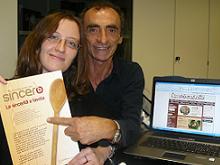 Silvia e Martino mostrano il Manifesto della Compagnia