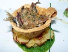 un piatto di pesce particolarmente coreografico