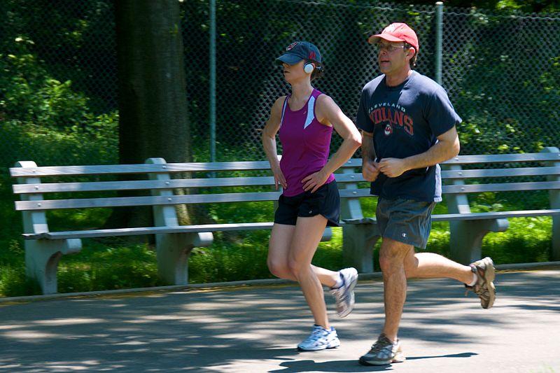 una coppia che fa jogging nel parco