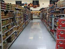 gli scaffali colmi di un supermercato