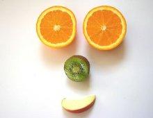 un viso sorridente composto usando la frutta