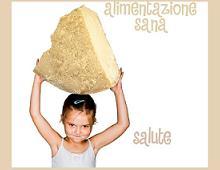 Una bambina regge una forma di parmigiano