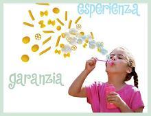 una bambina fa le bolle di sapone, al posto delle bolle econo maccheroni!