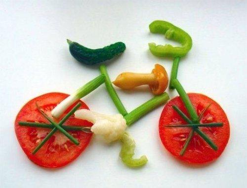 una bicicletta disegnata con le verdure