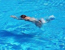 ragazzo che nuota in piscina