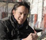 Luca Faccinelli con un calice di vino Ortensio Lando